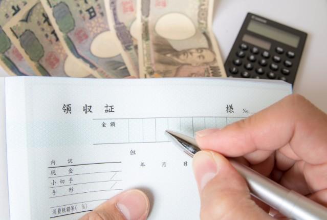 領収書に収入印紙を貼るのはお店側の義務!貼り忘れは罰則あり?